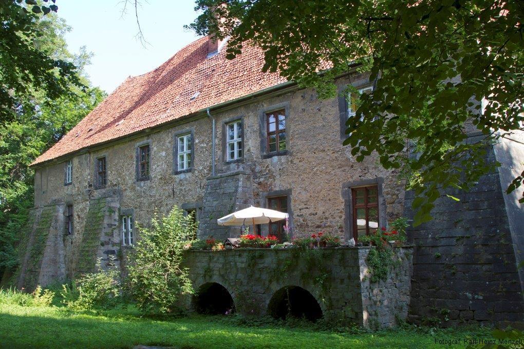 Wasserburg in Lauenau im Sommer